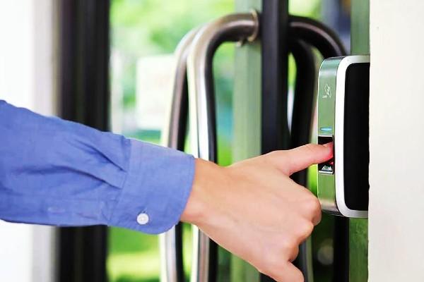 Khóa cửa vân tay giúp chủ nhà không cần mang theo nhiều chìa khóa.